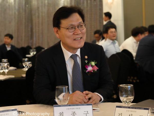 韩国前金融委员会委员长崔钟球